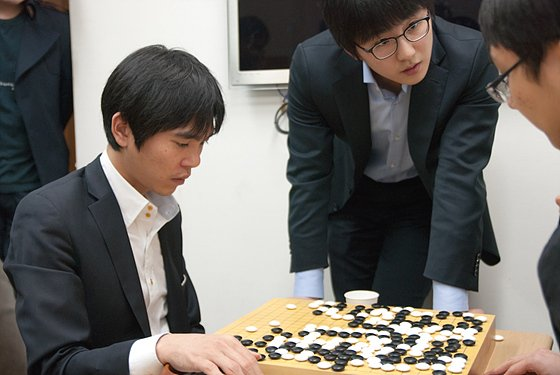 Lee-Sedol-Kim-Jiseok-reviewing-with-Park-Junghwan-18th-GS-Caltex-Cup-Final